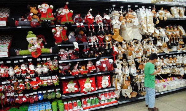 Adelantan comercios temporada navideña y reyes en LZC