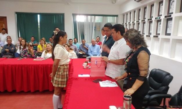 Emotiva entrega de Reyes por alcalde y su esposa a dos niñas