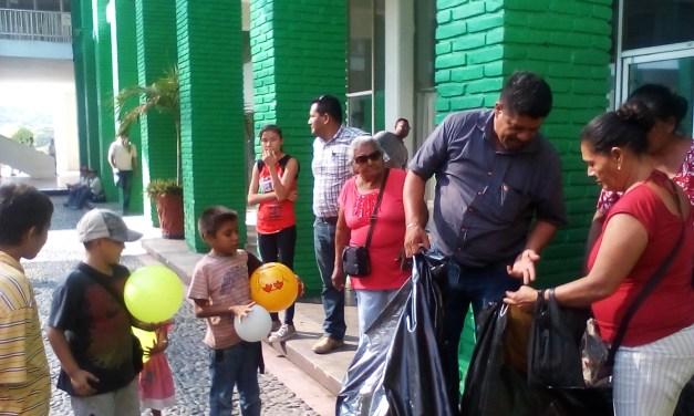 El Regidor del PRD Toño Oseguera ayudo a los Reyes Magos a repartir juguete en LC