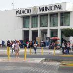 Maestros del SNTE, se manifiestan afuera de presidencia municipal, exigen pago de bonos