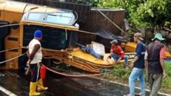 Mobil Hino Bermuatan Alat Berat Terbalik di Jalan Trans Sulawesi Kolut