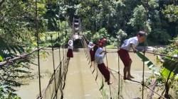 Melintasi Jembatan Gantung Dengan Tidak Wajar, Orang Tua Siswa di Pamoseang Cemas