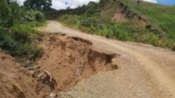 Jalan Poros Kecamatan Mehalaan Mamasa Nyaris Putus