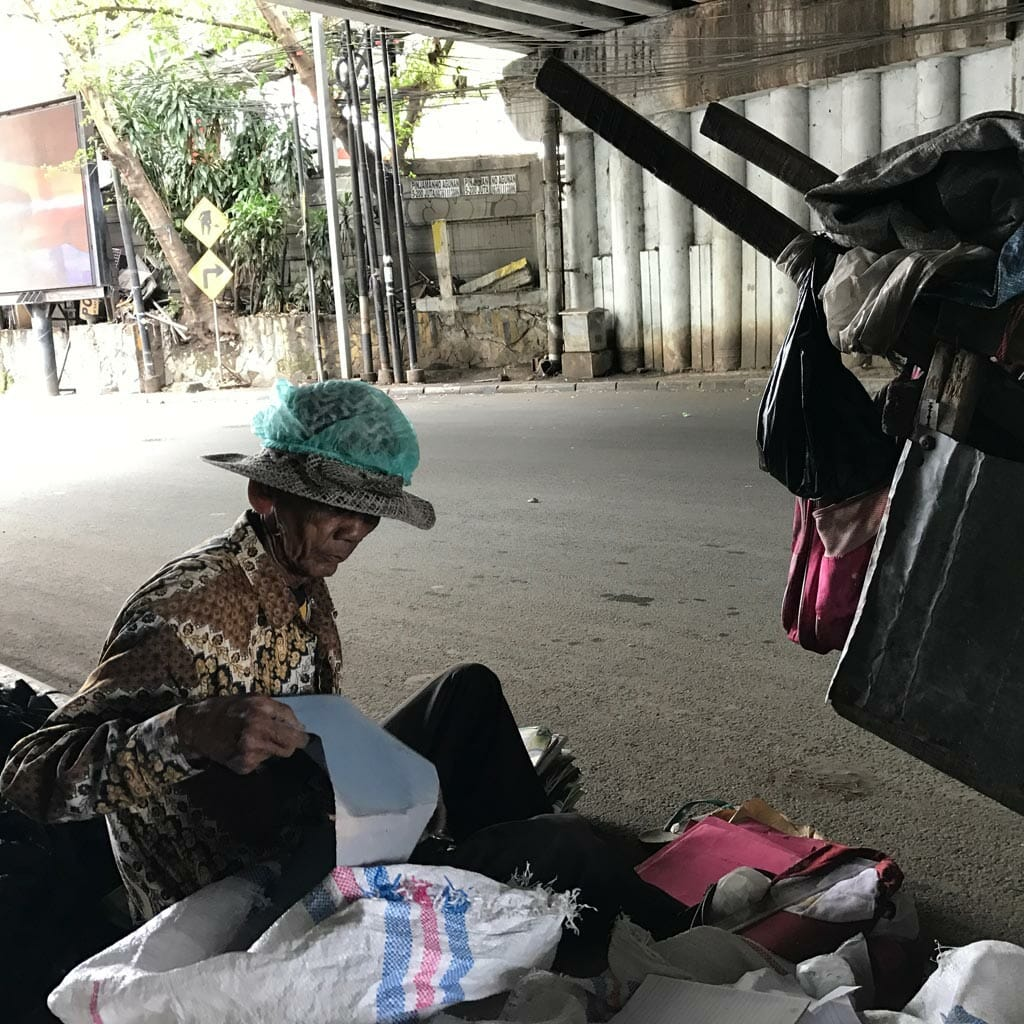 Jakarta-Poor-Recycling-Guy