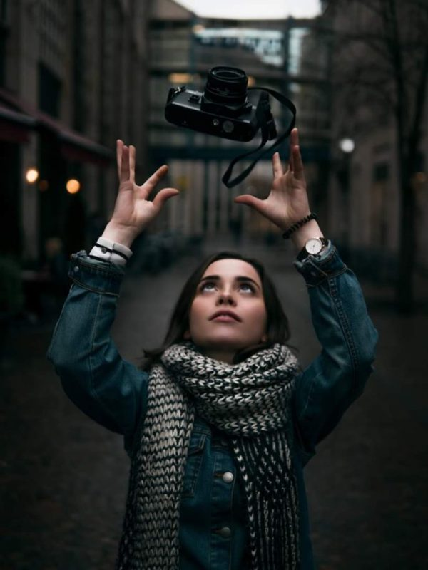 Sarah-Nelly mit Kamera unterwegs