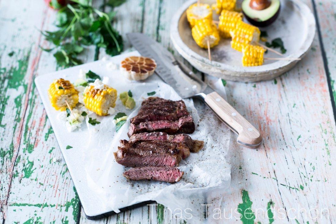 Ribeye Steak mit Maiskolben, Feta und Avocado