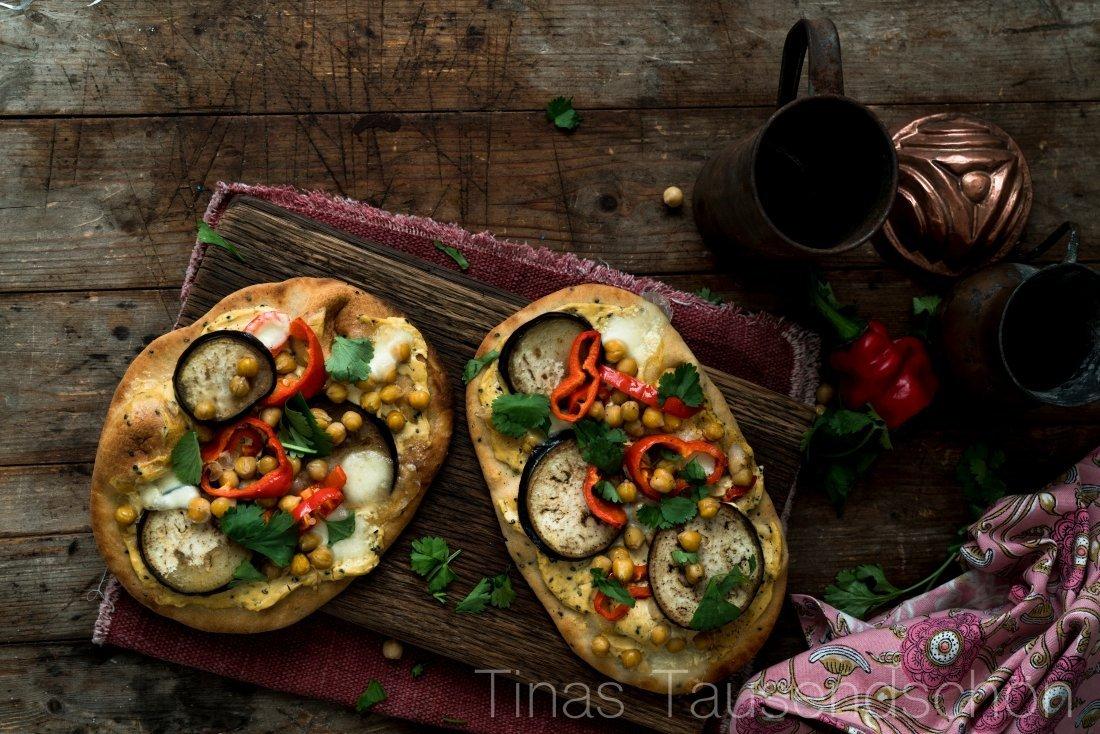 Naan Pizza mit Auberginen und Kichererbsen