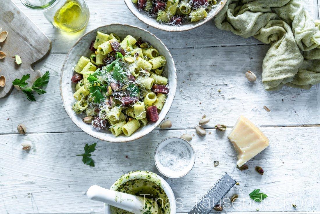 Rigatoni mit Pistazien Pesto und scharfer Salami