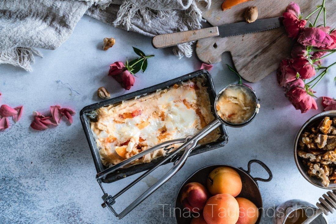 Soja Joghurt mit Aprikosen, Walnusskaramell und Honig