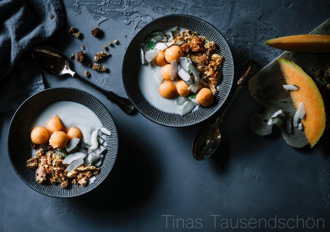 Tropical Kokos Granola mit Melone und Joghurt
