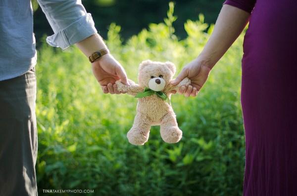 sunny-sweet-outdoor-country-maternity-photography-virginia-teddy-bear (14)