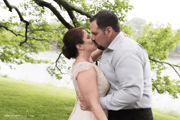 ridge-maryland-md-rainy-spring-wedding-photographer-winery-slack-woodlawn-clear-bubble-umbrella-lake-outdoor-spring-romantic-bride-groom-first-look-kiss-trt_0639
