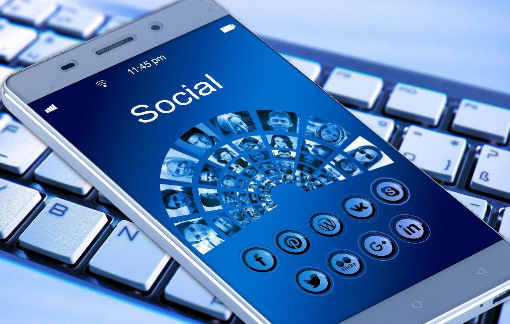 Pantalla de móvil con iconos de redes sociales