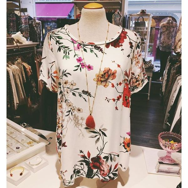 Blommig blus i höstens fina färger från @2biz #2biz #blouse #blus #fallfashion #fallseason #flower #flowers #necklace #parisjewelry #jewelryaddict #fashionjewelry #fashionstore #gothenburg #tintino #fashionlove #fallblouse #fw17