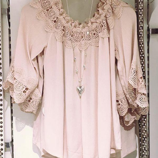 Söt blus från @creamclothing @cream_sverige finns i ljusrosa, vit och cerise #lace #laceblouse #cream #tintino #gothenburg #fashion #fashionista #new #ss18 #spring