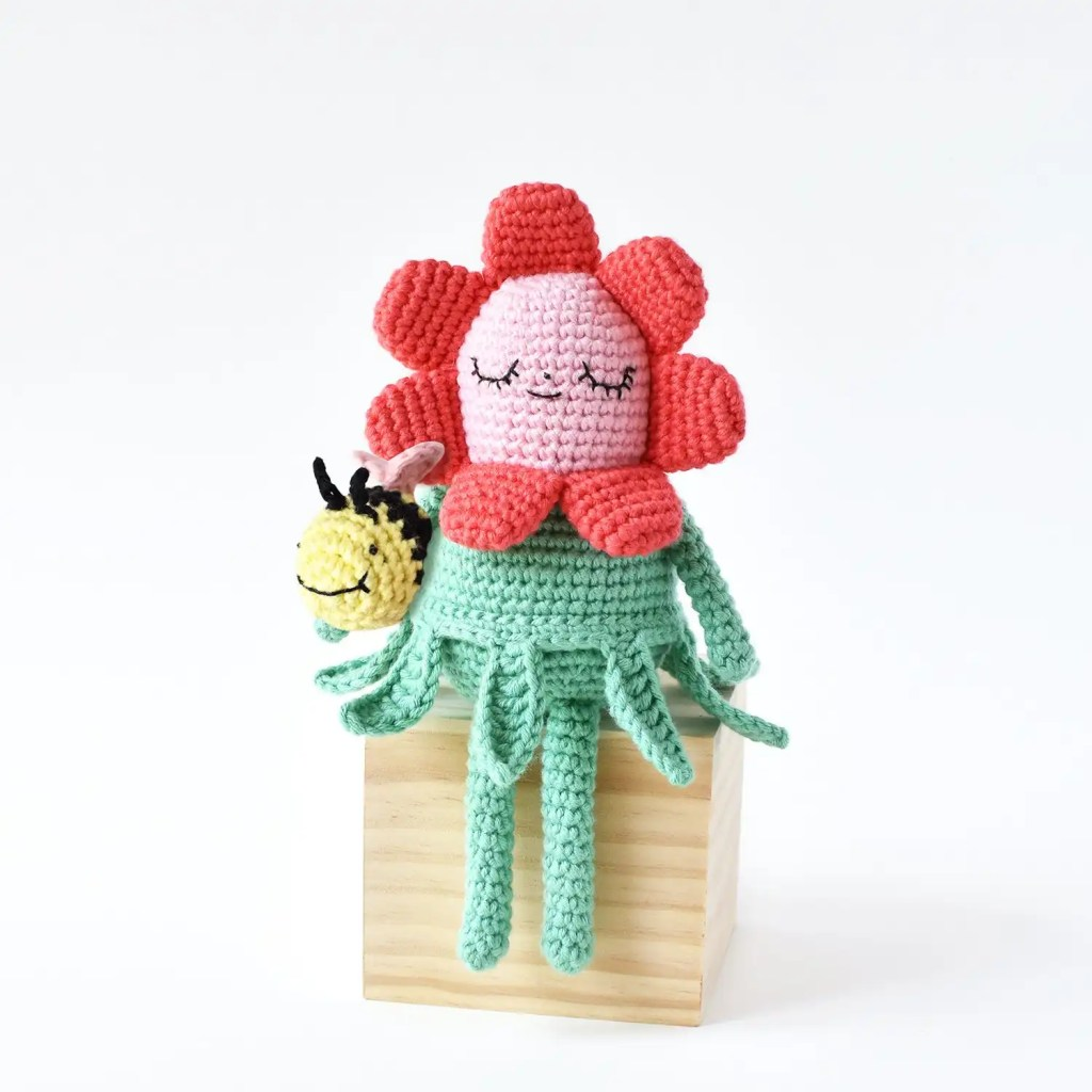 Flower Gal & Bee Amigurumi Pattern by Tiny Curl