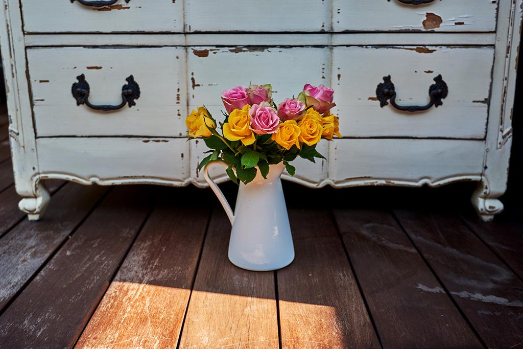 I mobili shabby chic hanno un bellissimo impatto a livello visivo grazie alla lavorazione che dona uno stile impoverito e invecchiato, in modo. Come Decapare Un Mobile Per Renderlo In Stile Shabby Chic Tipitipi Magazine