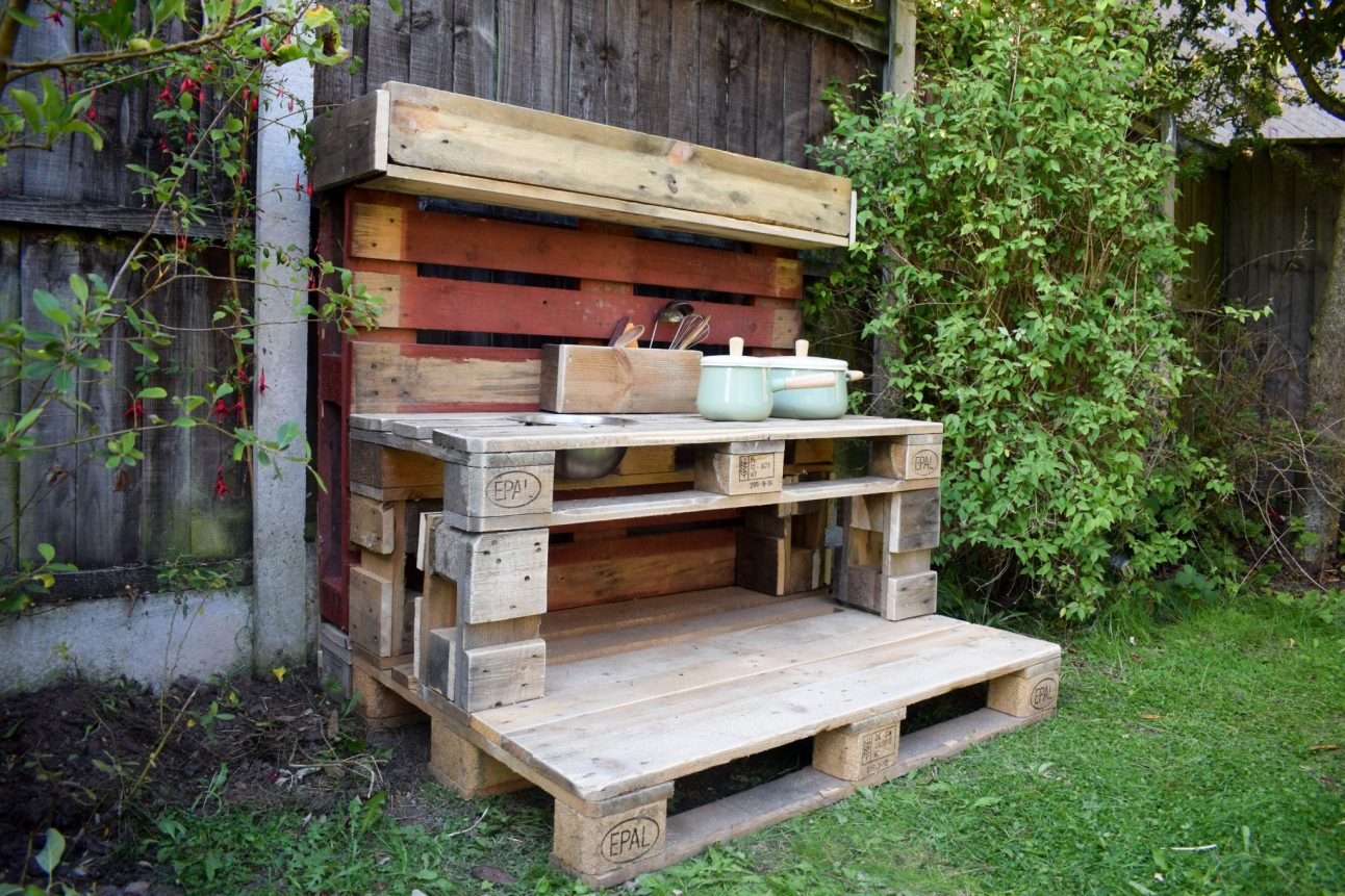 How To Make a Mud Kitchen - the finished kitchen
