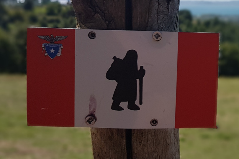Cartello simbolo pellegrino Via Francigena