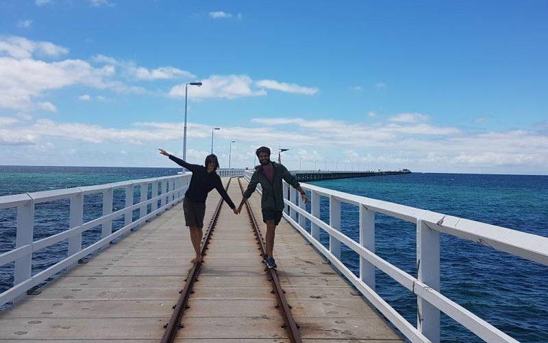 A piedi sui binari del pontile Busselton Jetty in Western Australia