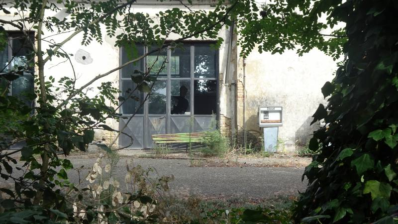 Vecchia pompa di benzina fra gli edifici dell'Ex Manicomio di Volterra