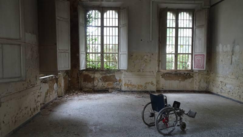Sedia a rotelle nel Padiglione Charcot dell'ex manicomio di Volterra