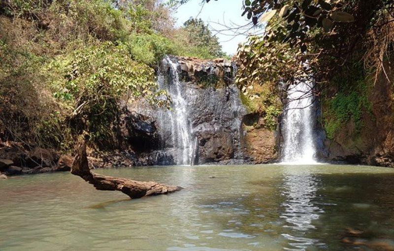 Piscina naturale con cascate di Banlung in Cambogia