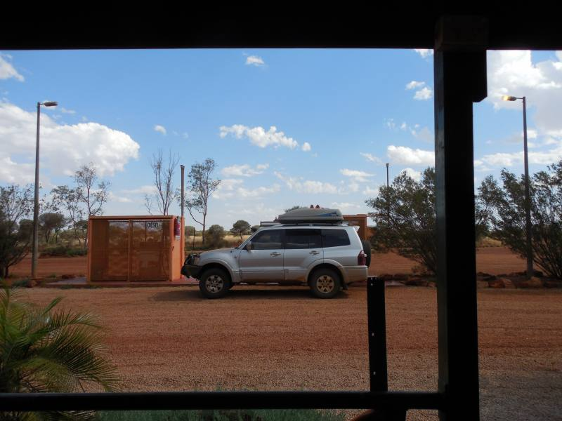 Pompa di benzina ad una Roadhouse nel deserto australiano lungo la Great Central Road