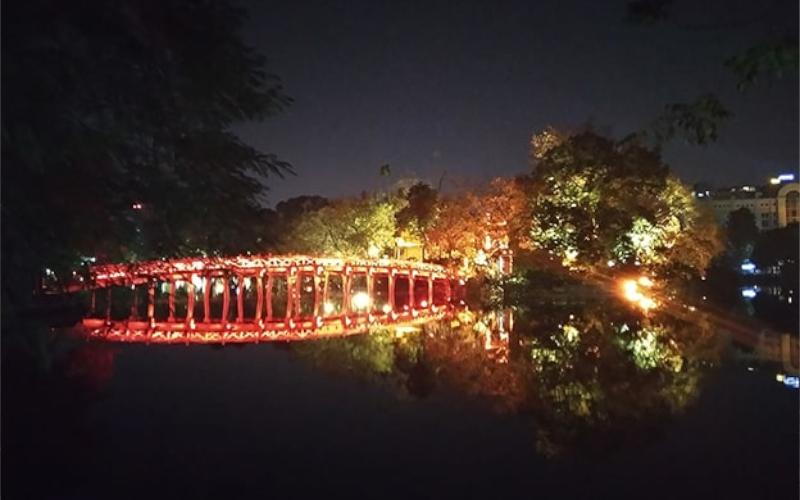 Ponte riflesso nell'acqua ad Hanoi in Vietnam