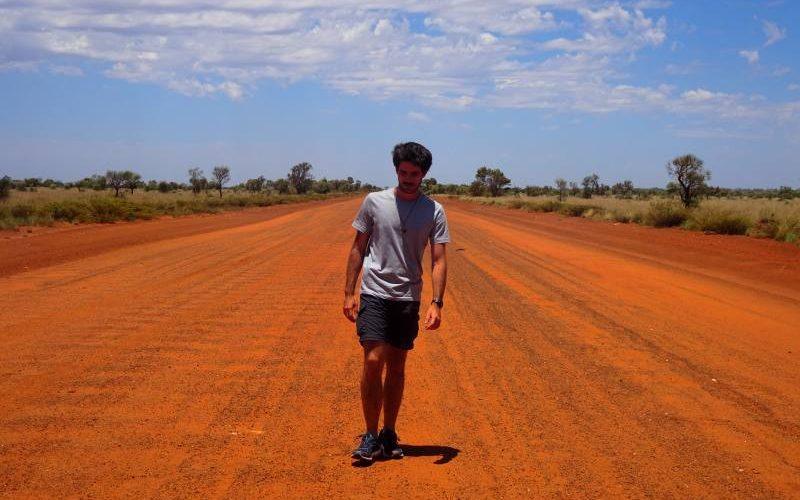 Leonardo a piedi sulla terra rossa del deserto australiano nella Great Central Road