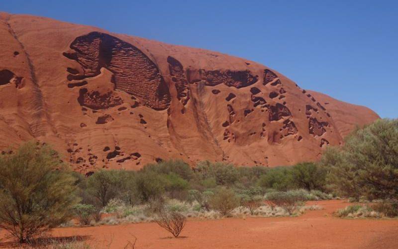 Vista delle pareti di Uluru durante il percorso Base Walk