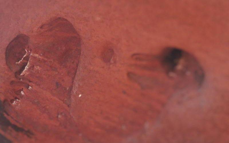 Erosione a forma di cuore su di una parete di Uluru (Ayers Rock)
