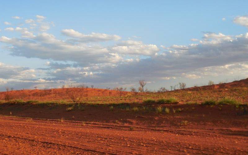 Panorama del deserto australiano lungo la Great Central Road