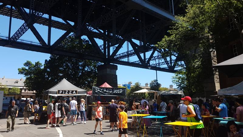 Mercato sotto l'Harbour Bridge nella zona The Rocks di Sydney