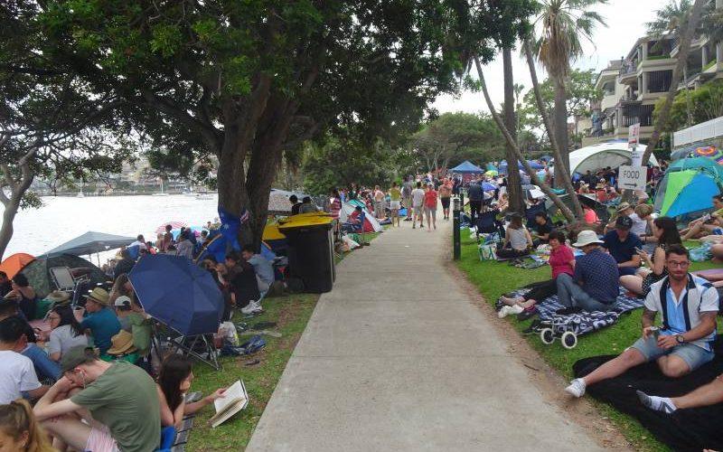 Folla di gente al parco di Cremorne Point aspettando il Capodanno di Sydney
