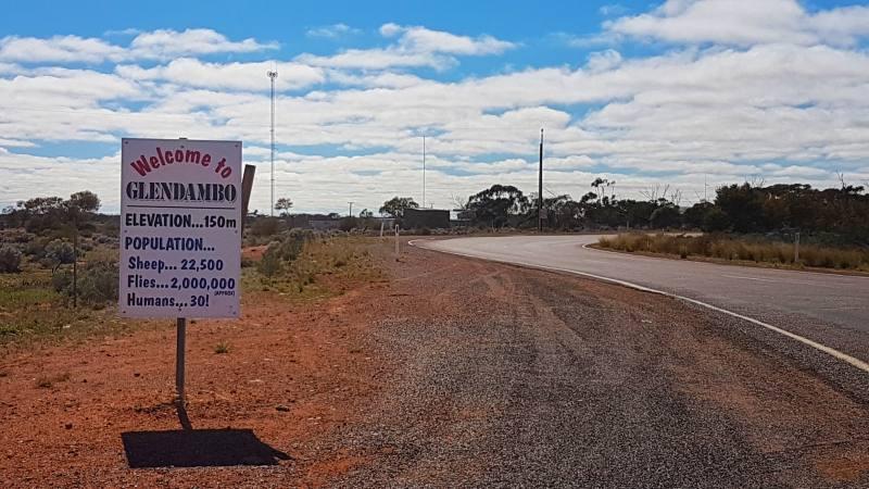 Cartello di benvenuto a Glendambo, villaggio in South Australia con più pecore che persone
