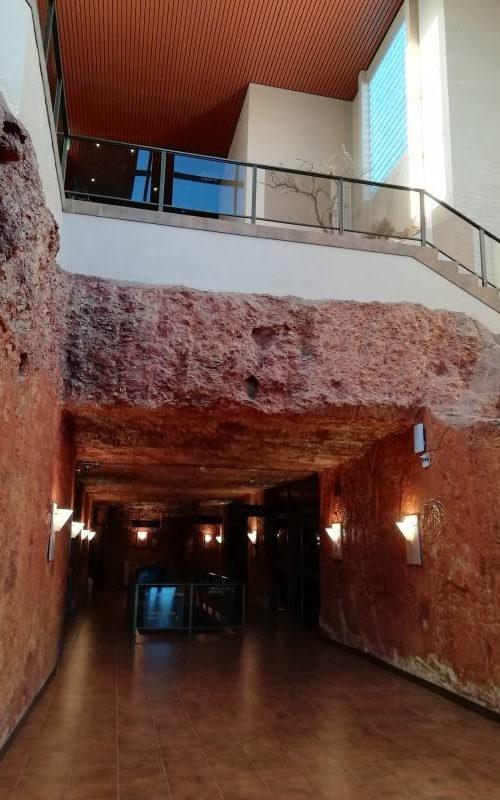 Interno del Desert Cave Hotel, l'albergo di lusso di Cobber Pedy, città sotterranea d'Australia