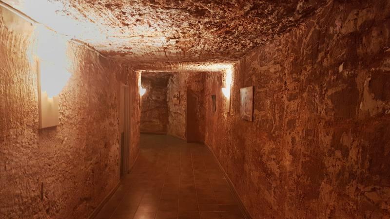 Corridoi interni del Desert Cave Hotel a Coober Pedy, la città sotterranea australiana