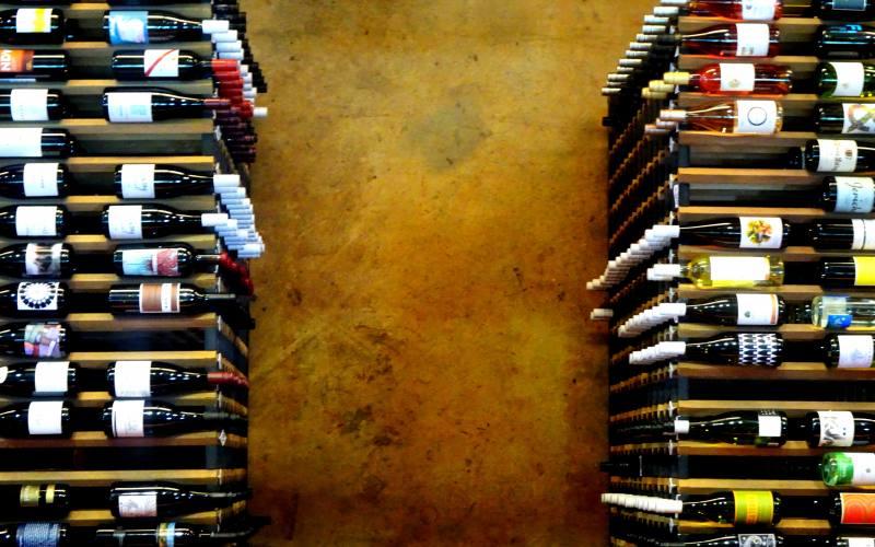"""Esposizione di bottiglie di vino dentro il museo enologico australiano """"National Wine Centre"""" di Adelaide"""