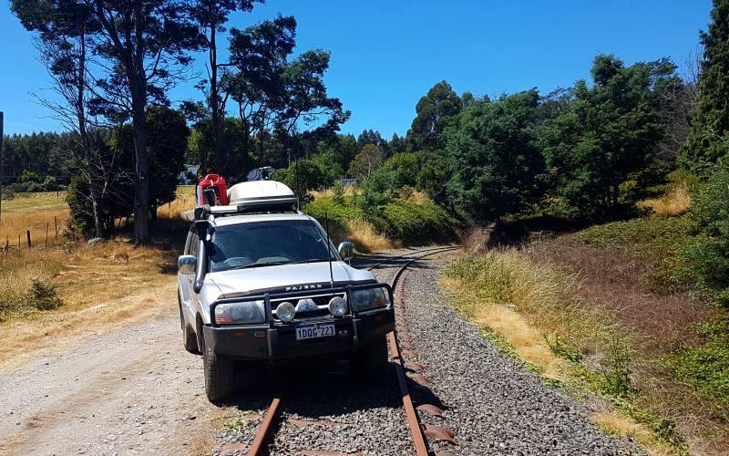 Binari del treno abbandonati sulla strada per Launceston in Tasmania