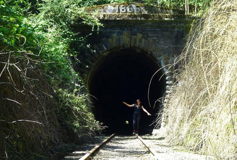 Camminando sui binari del treno abbandonati sulla strada per Launceston in Tasmania