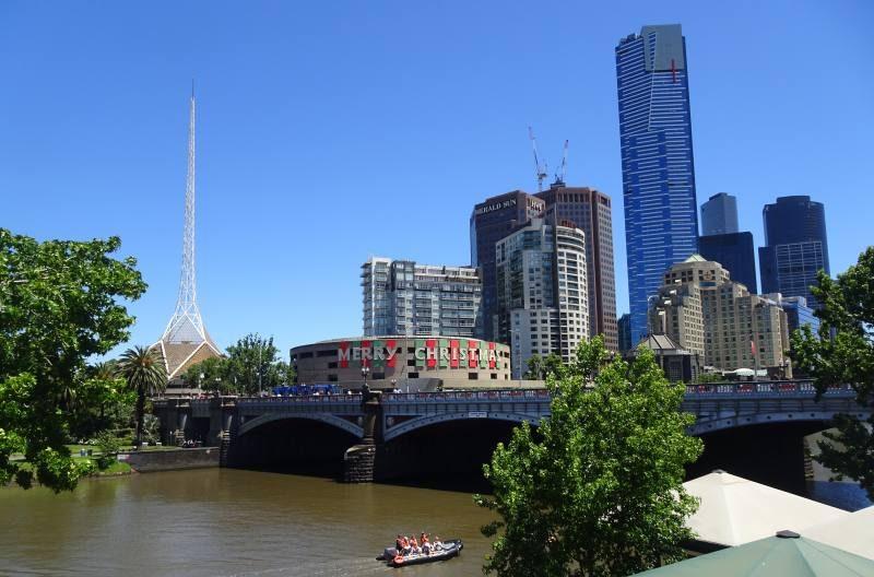 Vista dello skyline di Melbourne lungo il fiume Yarra