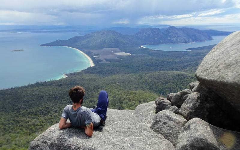"Punto panoramico sul Wineglass Bay e sulla Tasman Peninsula dal percorso di trekking ""Peninsular Trekking"" in Tasmania"