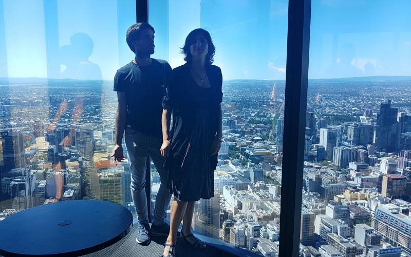 Foto ricordo sullo Skydeck 88 dell'Eureka Tower con vista panoramica su Melbourne
