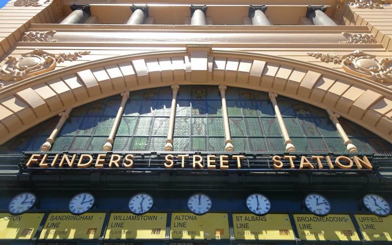 Orologi partenze dei treni alla stazione Flinders Street Station di Melbourne