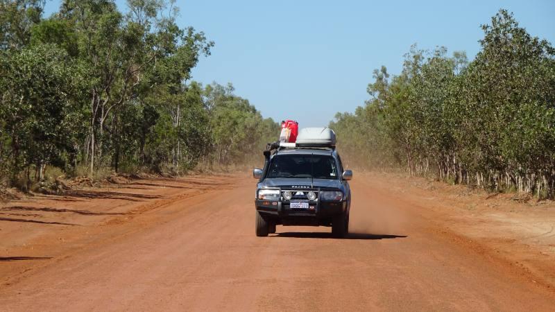 Peggy sullo sterrato della Savannah Road durante l'On the Road in Australia