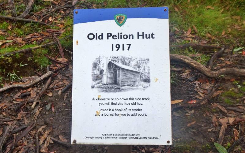 """Cartello del rifugio """"Old Pelion Hut"""", percorso secondario dell'Overland Track in 7 giorni"""