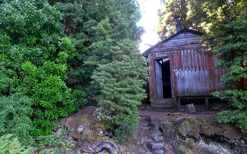 """Esterno del rifugio """"Echo Point Hut"""" lungo l'Overland Track in Tasmania"""