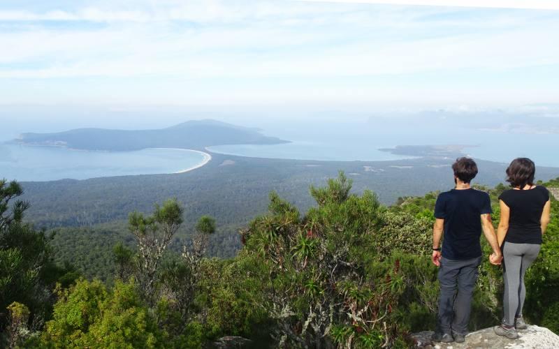 Vista a 360 gradi dell'istmo di Maria Island dalla cima del Mount Maria in Tasmania