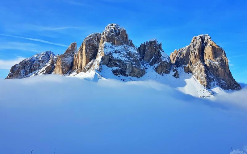 Vista nella nebbia del Saslong delle Dolomiti